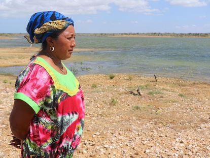 Mujer wayuu cerca de una reserva de agua en La Guajira, Colombia.
