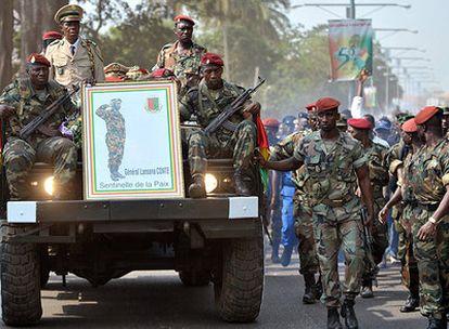 Soldados de Guinea escoltan los restos del fallecido dictador Lansana Conté al inicio de la ceremonia de su funeral