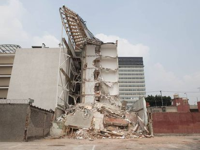 Fachada derruida de Residencial San José en la Colonia Portales.