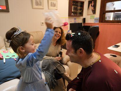 La pequeña Lucía Álvarez, de cinco años, celebra el Carnaval de Cádiz confinada en casa con Verónica y Carlos, sus padres.