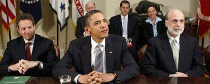 El presidente de EE UU, Barack Obama, junto a Tim Geithner (izquierda) y Ben Bernanke, durante la presentación del plan de reforma financiera, el pasado miércoles.