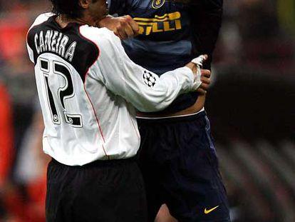 Adriano intenta golpear a Caneira durante un partido de Liga de Campeones  en 2004.