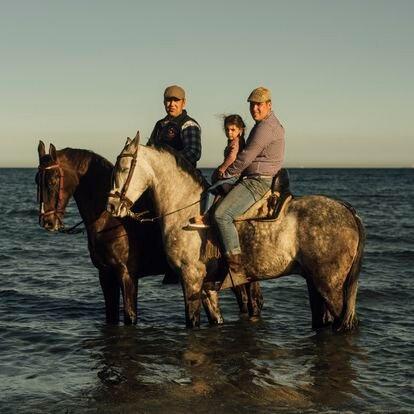 Ismael Casas (izquierda) y Samuel Esquivel pasean por la playa de Levante de La Línea a caballo. Esta zona, prácticamente virgen, nunca ha sido desarrollada turísticamente y es utilizada por los contrabandistas y narcotraficantes para sus comercios ilegales.