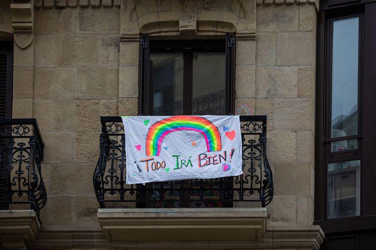 """Un dibujo de un arcoiris y la frase """"Todo irá bien"""" en San Sebastián el pasado 23 de marzo"""