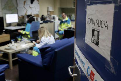 Zona de descanso de los sanitarios de la ambulancia 24 del Summa, en un ambulatorio de Leganés, Madrid.