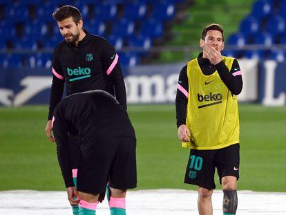 Piqué y Messi, antes de medirse al Getafe.