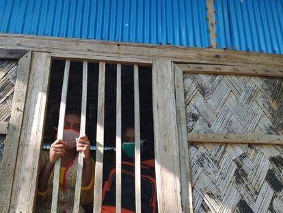 Unas niñas permanecen en su casa durante el confinamiento por la Covid-19 en Bangladés.