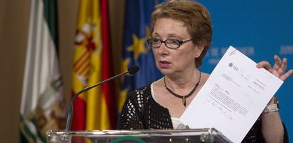 Carmen Martínez Aguayo muestra un documento del Gobierno durante su comparecencia.