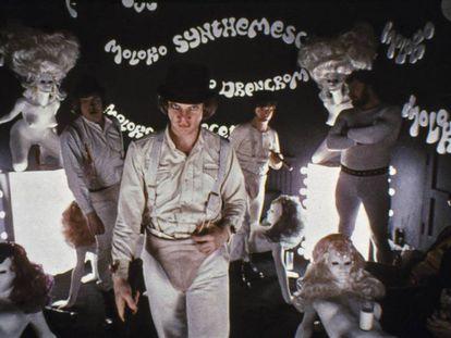 Fotograma de 'La naranja mecánica' de Stanley Kubrick, con palabras en nadsat escritas en la pared.