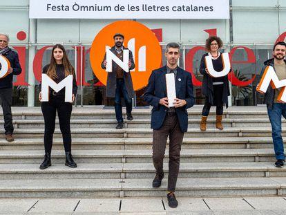 Los ganadores de la Nit de Santa Llúcia, de izquierda a derecha: Miquel Desclot, Anna Gas, Chad W. Post, Víctor García Tur, Tina Valls y Rubèn Montañá i Ros.