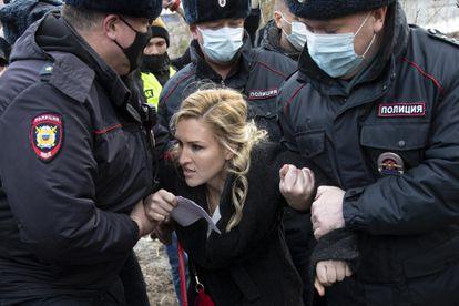 La policía arresta a la médico de Navalni Anastasia Vasilyeva junto a la colonia penal IK-2 este martes.