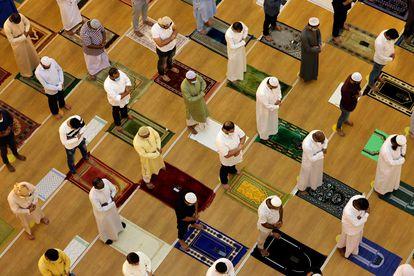 Musulmanes rezan en el primer viernes de Ramadán, este 16 de abril, en una mezquita de Dubái.