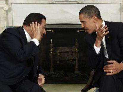 El depuesto presidente egipcio, Hosni Mubarak, habla con Barack Obama en la Casa Blanca en 2009.