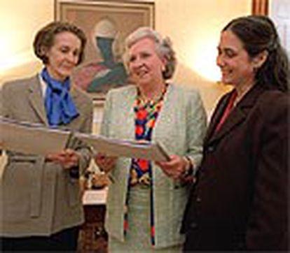 Pilar de Borbón, en el centro, Julia Sharp (a la izquierda) y Sonia Riera en la presentación del informe.