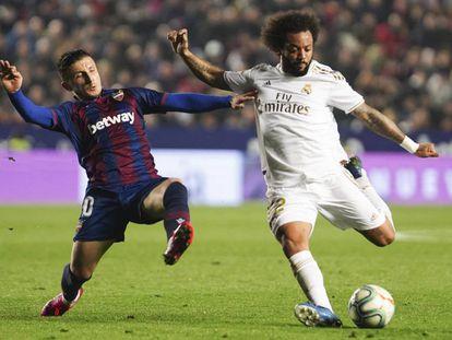Marcelo chuta ante Bardhi, el sábado pasado.