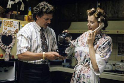 Geena Davis ofrece una taza de café recién hecho a Christopher McDonald en 'Thelma & Louise' (1991).