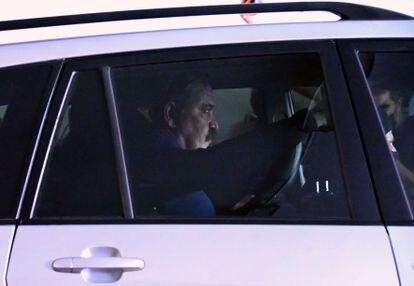 Jristos Pappás  tras comparecer ante el juez en Atenas en un vehículo antiterrorista.