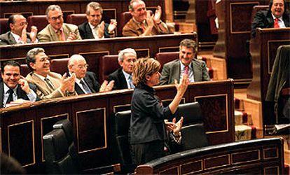 La ministra de Educación, Pilar del Castillo, saluda a los diputados del PP el 19 de diciembre pasado tras la aprobación de la Ley de Calidad.