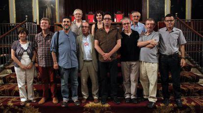 Los miembros de Escola Valenciana, las universidades públicas y la AVL durante el acto institucional de rechazo al decreto de plurilingüismo.