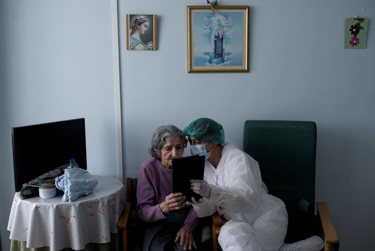 María López, de 100 años, realiza una videollamada con su familia que vive en Canadá después de regresar a la residencia San Carlos de Celanova al dar negativo. Previamente pasó por varios centros por dar positivo al principio de la crisis sanitaria.