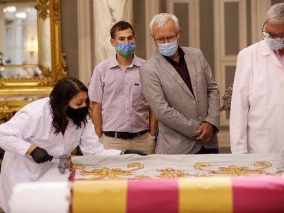 El alcalde de València, Joan Ribó, participa en el acto de recepción de la Real Senyera tras su restauración.