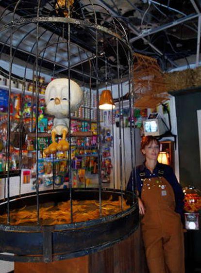 'Tweety' de la exhibición 'The Village Pet Store and Charcoal Grill' del artista Banksy