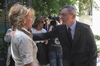 Esperanza Aguirre saluda a Alberto Ruiz-Gallardón antes de la inauguración de un centro de innovación del BBVA.