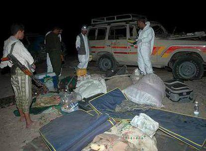 Soldados y expertos forenses yemeníes inspeccionan el lugar en el que se produjo el atentado.