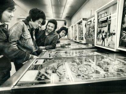 Un grupo de jóvenes juega a las máquinas Pinball.