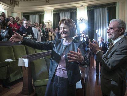 Mavi Mestre, la primera mujer rectora de la Universitat de València. A su lado, su predecesor Esteban Morcillo.