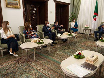 El ministro de Asuntos Exteriores, José Manuel Albares, con el presidente de Argelia, Abdelmayid Tebune.