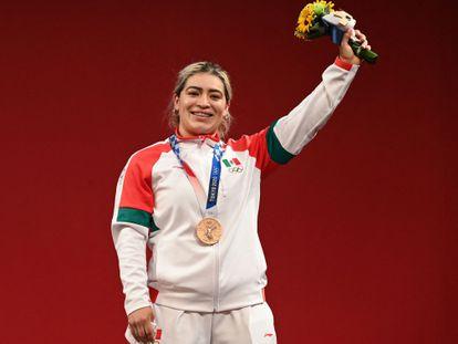 La halterista Aremi Fuentes tras ganar la medalla de bronce en Tokio 2020.
