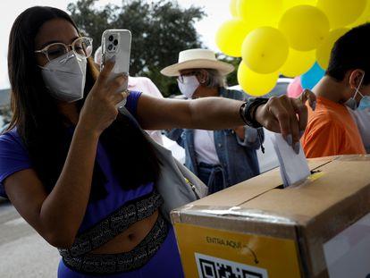 Una venezolana vota en la consulta promovida por la oposición.