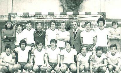 El hermano Primitivo Castellanos, con chaqueta y corbata en la segunda fila, acusado de abusos, con un equipo deportivo del colegio marista de Lugo en los años setenta.