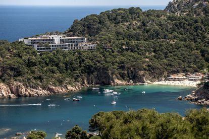 El parador de Aiguablava, en la punta d'es Muts, se asoma a la playa homónima, en Begur (Girona).