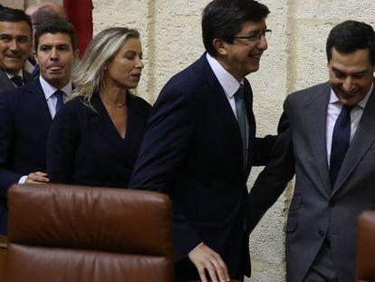 FOTO: Juan Marín y Juan Manuel Moreno, el pasado 27 de diciembre en la constitución del Parlamento andaluz. / VÍDEO: Fragmento de la entrevista de Pablo Casado, este martes, en Onda Cero.