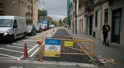 La calle Aragó ha perdido un carril de circulación para vehículos con la creación de un carril bici.