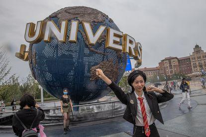 Una visitante posa en la entrada de Universal Studios Beijing el día su inauguración oficial.