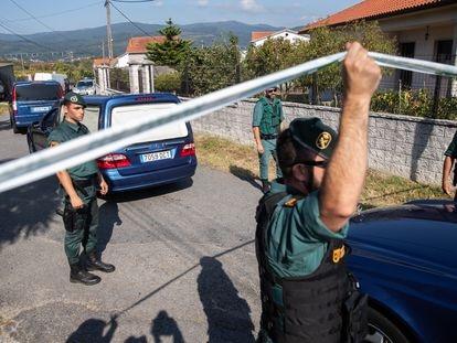 Agentes de la Guardia Civil en Valga (Pontevedra), acordonan la zona en donde se cometió un crimen de violencia de género en septiembre de 2019.