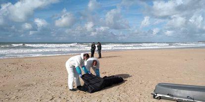 La Guardia Civil trasladaba el lunes el cuerpo de uno de los fallecidos del naufragio de una patera el 5 de noviembre en Caños de Meca (Cádiz).