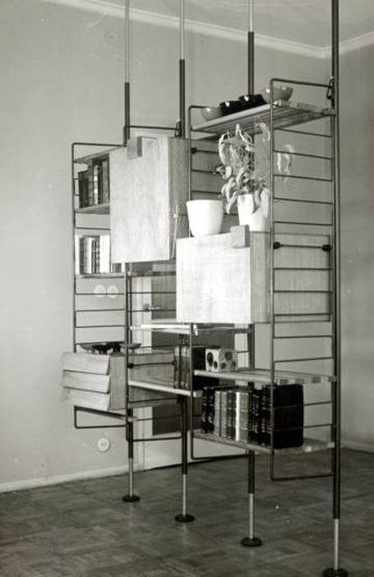 Variante con varillas exentas de la estantería modular de Fernando Ramón Moliner (1958), a la que se podían añadir distintos cuerpos: vitrina, bar, cajones o escritorio, todos de madera. |