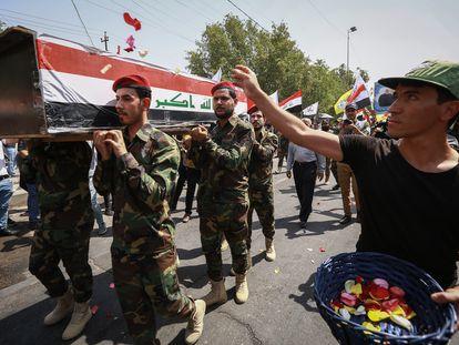 Entierro de un miembro de las milicias del FMP, muerto en un bombardeo de EE UU, en junio en Bagdad.