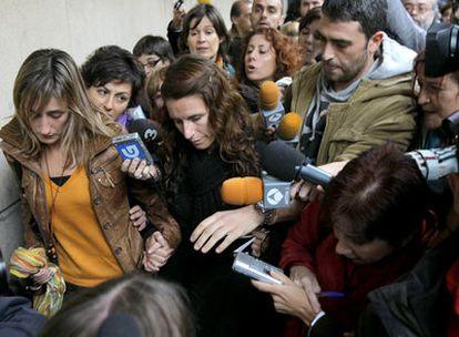 Argi Galbarriatu (izquierda), hermana del capitán del <i>Alakrana</i>, junto a Cristina Blach, hija del patrón.