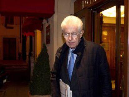 Mario Monti sale de un hotel romano la noche del jueves.