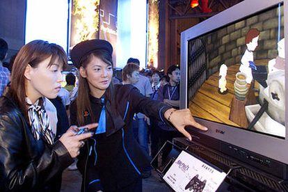 Una usuaria prueba un juego de la consola PlayStation2 en una muestra organizada en Tokio en 2001.