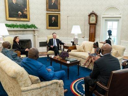 La reunión entre Joe Biden, presidente de EE UU, y la familia de George Floyd, en la Casa Blanca, este martes.