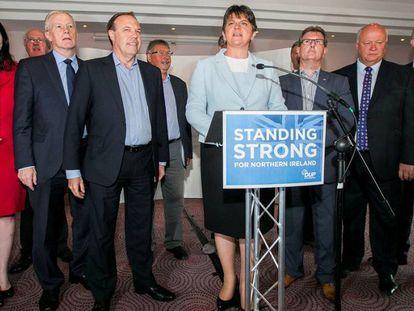 La líder del Partido Unionista Democrático, Arlene Foster, en el centro, rodeada por los parlamentarios electos de su partido.