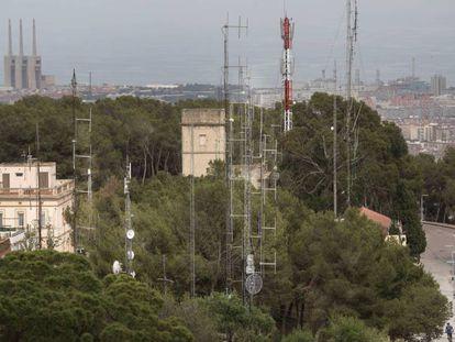Antenas de emisoras de radio en el barrio del Carmel (Barcelona).