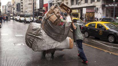 Un hombre recolecta cartón en Buenos Aires, Argentina.