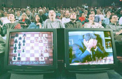 Kasparov, con gesto de cansancio, aparece en los monitores observado por el público, durante la sexta y última partida. El enfrentamiento fue ganado por la máquina.